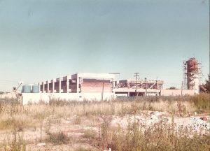 EDIFICIO EN CONSTRUCCIÓN DE LA FACULTAD REGIONAL DELTA – AÑO 1980 SAN MARTÍN 1171 – CAMPANA