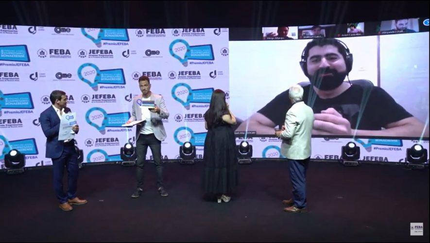 Imagen de Joel Atia en el escenario del evento mencionado